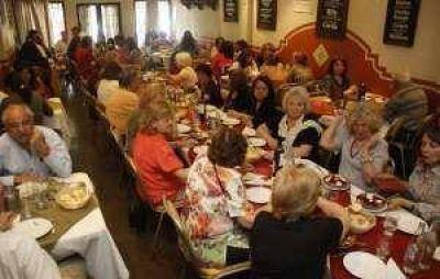 Los restaurantes, con las mesas llenas y reforzados