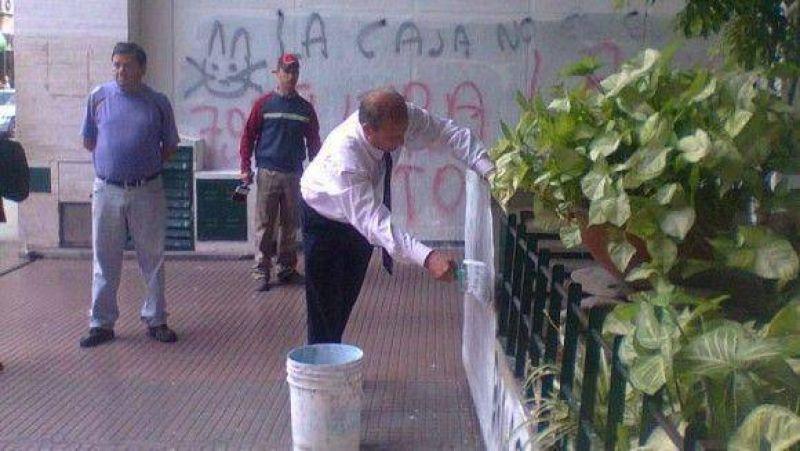 Cortalezzi no tuvo colaboración para cubrir las pintadas de La Bancaria