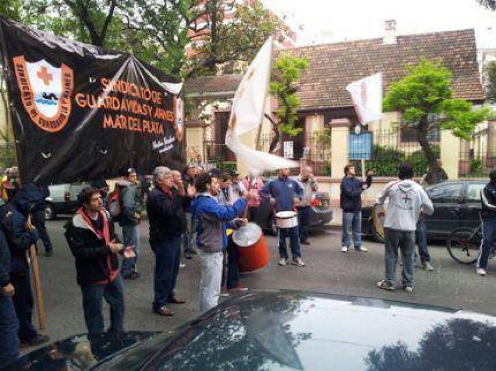 Guardavidas realizaron una ruidosa protesta en la sede del EMTUR