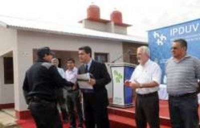 Puerto Bermejo: Capitanich entreg� 10 viviendas del Plan ANSES