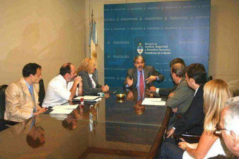 La Intendenta Giroldi y el Ministro de Justicia Aníbal Fernández firmaron un importante convenio