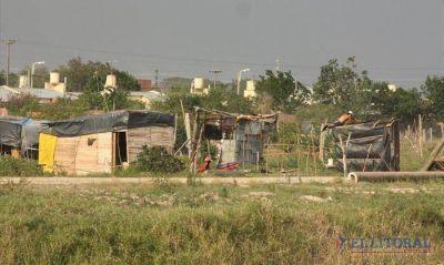 Poco movimiento y carpas deshabitadas en el asentamiento del barrio Pirayuí