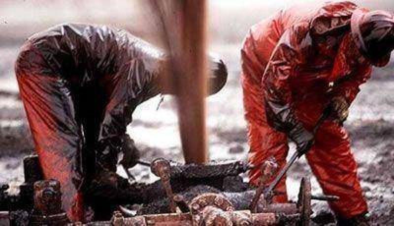 Los petroleros paran por tiempo indeterminado y ponen en jaque los números de Peralta