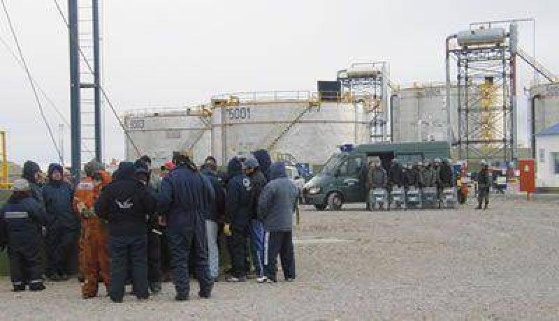 Los petroleros levantaron el paro y consiguieron un bono fijo de $4.000