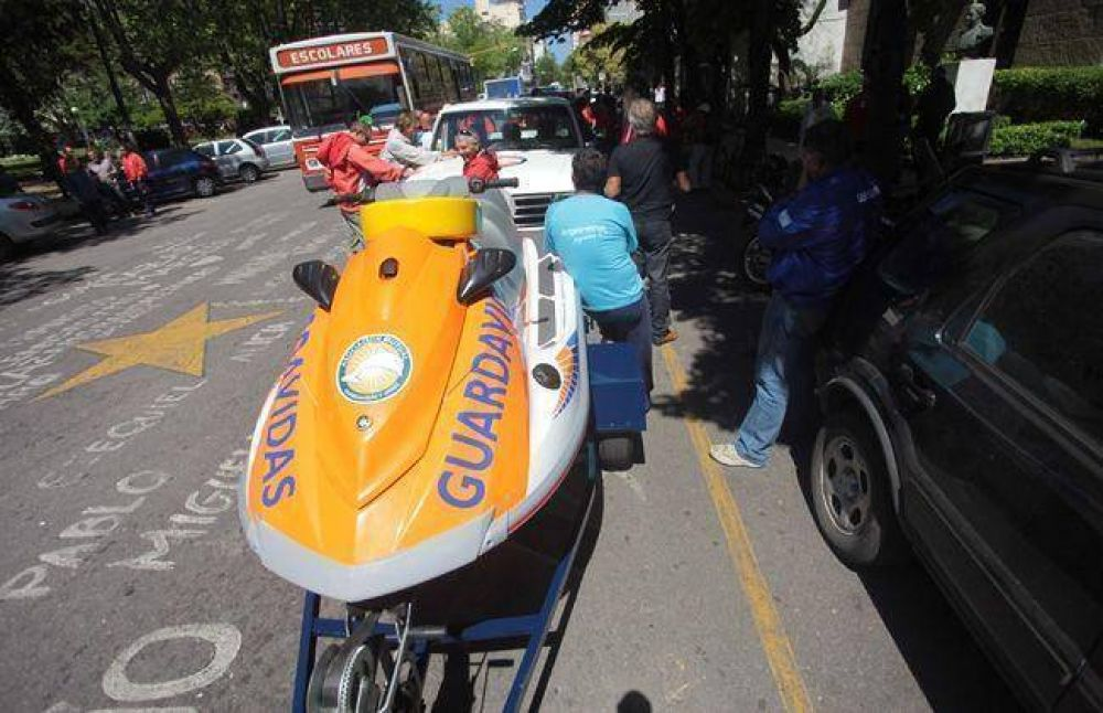 Los guardavidas llevaron sus equipos de rescate hasta la puerta del Municipio