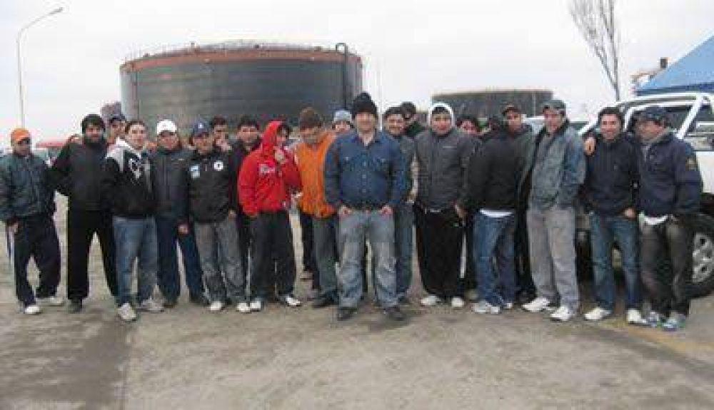 Los petroleros levantaron la toma del puerto Punta Loyola
