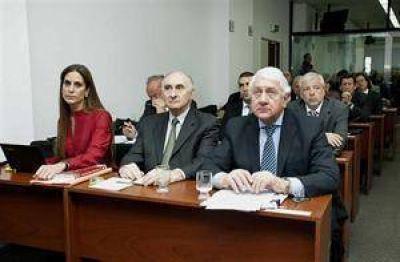 Duhalde, Moyano y Recalde, citados a declarar en el juicio contra De la Rua