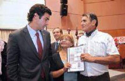 Urtubey y Yahuar entregaron fondos para el desarrollo vitivinícola a productores