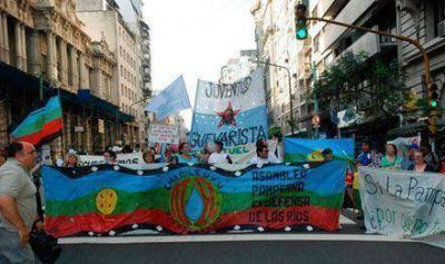 """""""Botellazo"""" por el Atuel: pampeanos cortan la avenida Callao, frente a la Casa de Mendoza"""