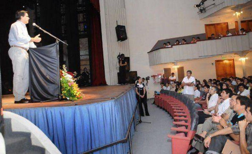 El gobernador alentó a los jóvenes a pensar en la política como herramienta de transformación.