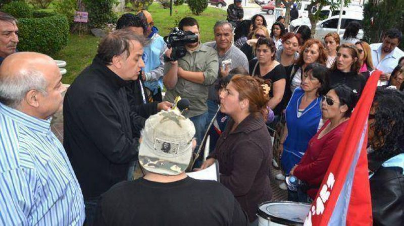 Hoy los estatales volverán con su reclamo al municipio