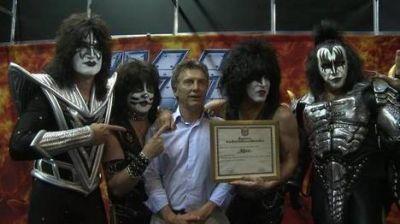 Macri pasó por el recital de Kiss y le llovieron las críticas