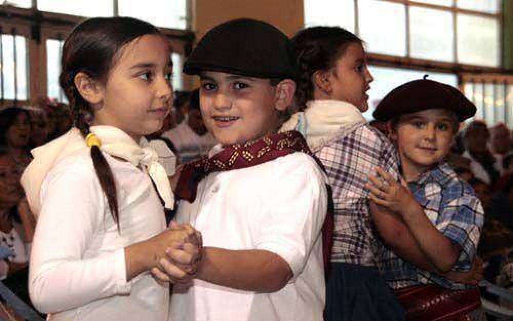 Peñas y fiestas populares en las escuelas, por el Día de Tradición