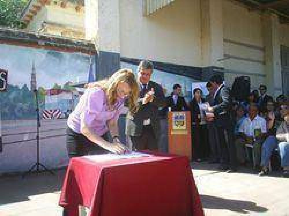 La Ministra Alicia Kirchner entregó subsidios y firmó convenios con Selva