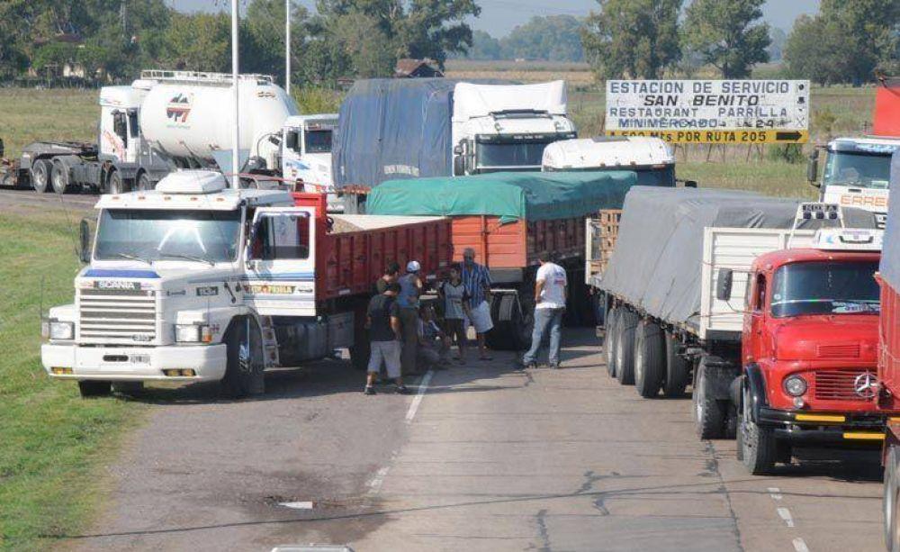 En la ruta, productores y camioneros de Moyano