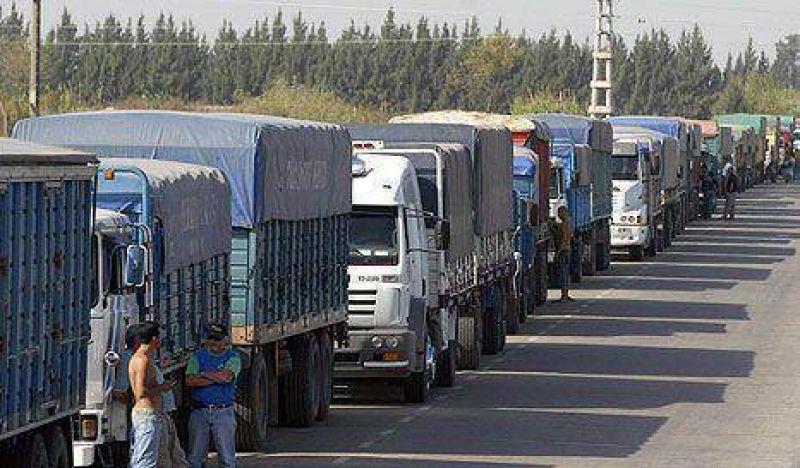 Golpe de Moyano: los camiones rurales no llevarán granos a los silos