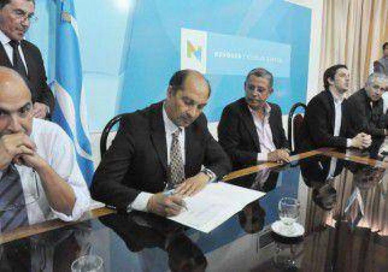Nuevos cruces entre el Municipio y el EPAS durante la firma de un convenio