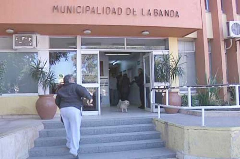 Trabajadores de la Municipalidad de La Banda protestaron por sus salarios