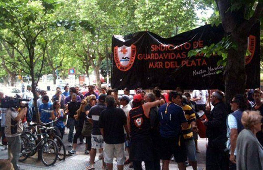 Guardavidas exigen municipalización de 170 trabajadores de playas privadas