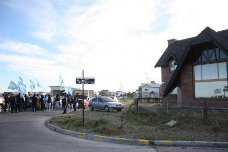 Petroleros realizaron un escrache en la casa del Diputado Paiva
