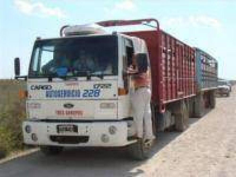 Productores detienen camión de hacienda.