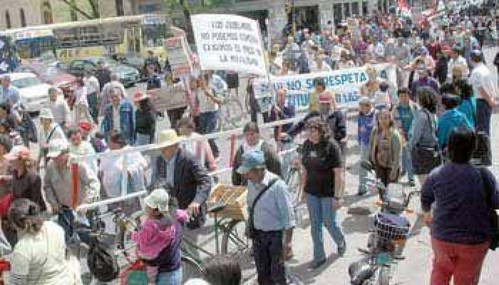 Jubilados contra la suba del gas.