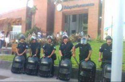 Mil despidos: Alperovich mandó a la Infantería a proteger Teleperformance