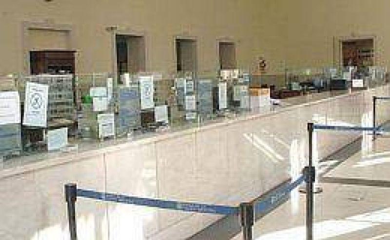 Los bancos operan pero a puertas cerradas