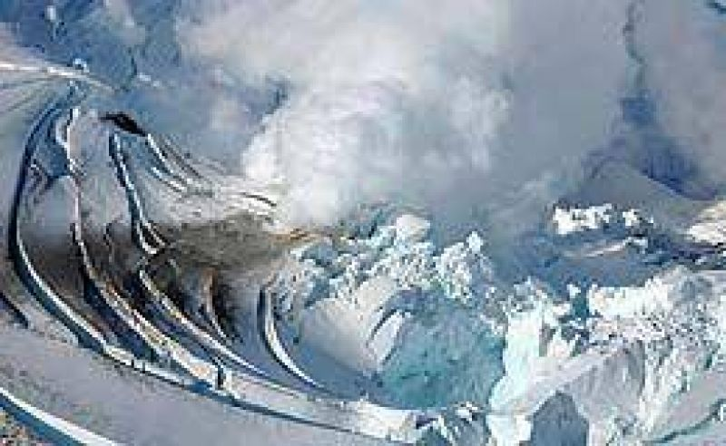 Alerta por erupción de un volcán en Alaska