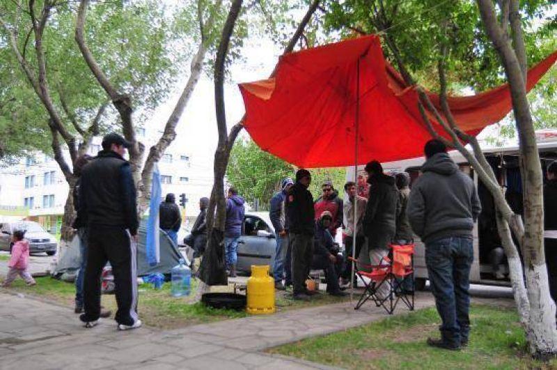 Petroleros acampan fuera de Casa de Gobierno
