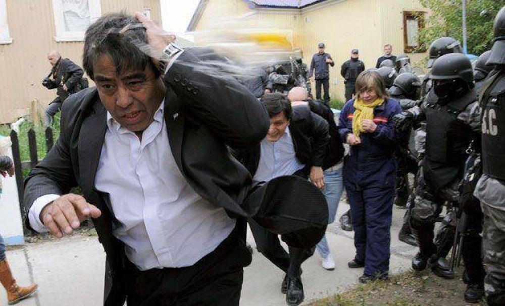 Diputados escaparon en un carro celular de la Infantería entre huevazos, insultos y amenazas de la gente