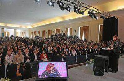 La Presidenta le entregó al gobernador Buzzi un cine móvil para la provincia