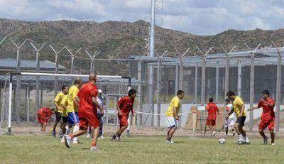 Los internos del Complejo Almafuerte jugaron al fútbol con el Deportivo Maipú
