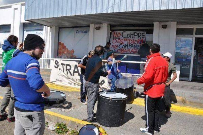 Protesta en La Anónima por condiciones laborales de personal de seguridad y limpieza