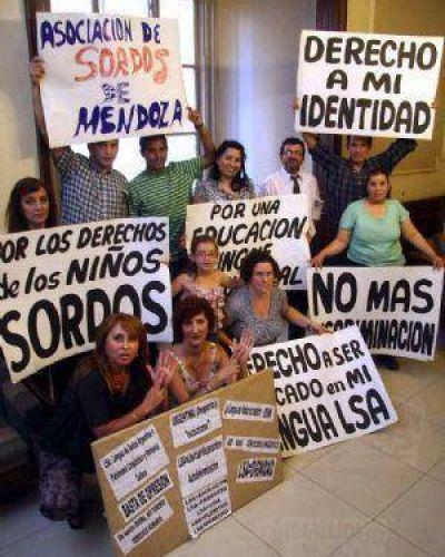 Tras 7 años, reglamentan la ley de lengua de señas
