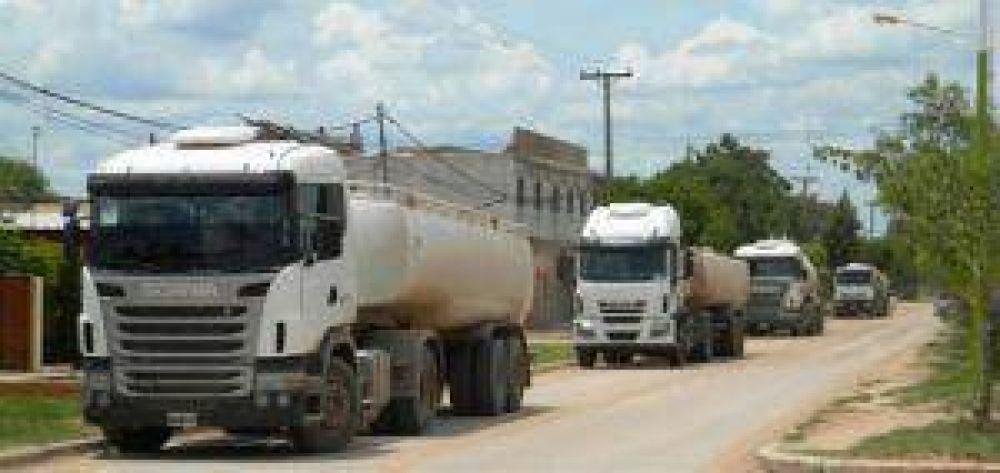 Transportistas volvieron a suspender el acarreo de agua para Castelli