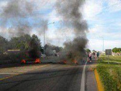 Saladillo: Continúa el corte en la Ruta 205 realizado por allegados del detenido en el caso Agustina