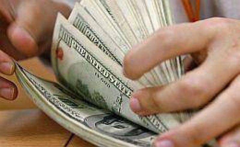 "Dólar cerró estable a $ 4,84. El ""blue"" bajó a $ 6,44"