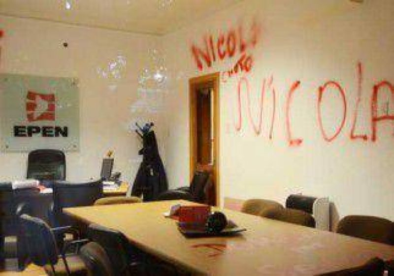 Causan destrozos en oficinas del EPEN