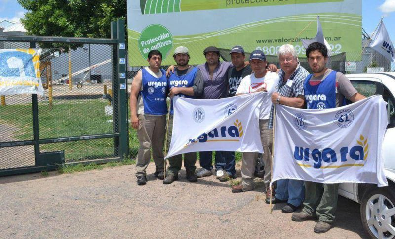 Empleados de la firma Bayacal SA realizan un bloqueo frente a la misma