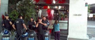 7D | Manifestantes arrojaron pintura a la puerta de Artear-Canal 13
