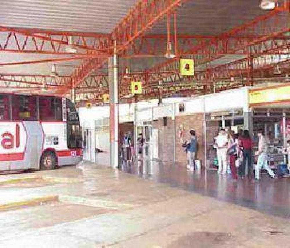 En Misiones fumigan micros que viajan desde Corrientes.