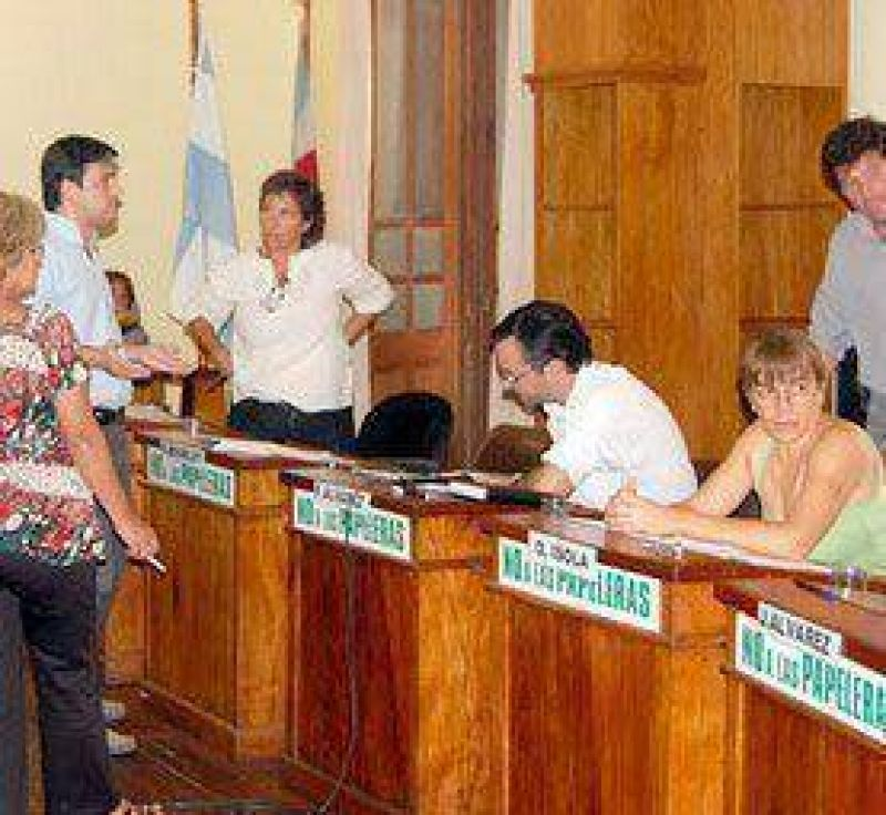 Crean una mesa de diálogo para solucionar el conflicto con municipales.