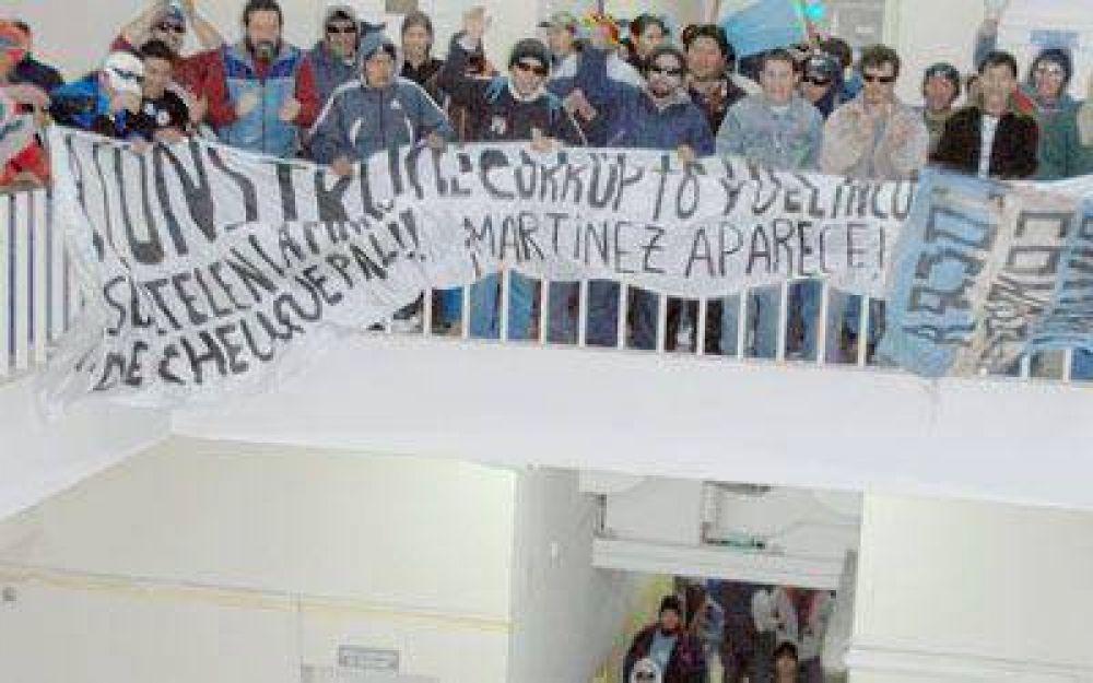 Disidentes de la UOCRA llevan su reclamo hasta la municipalidad.