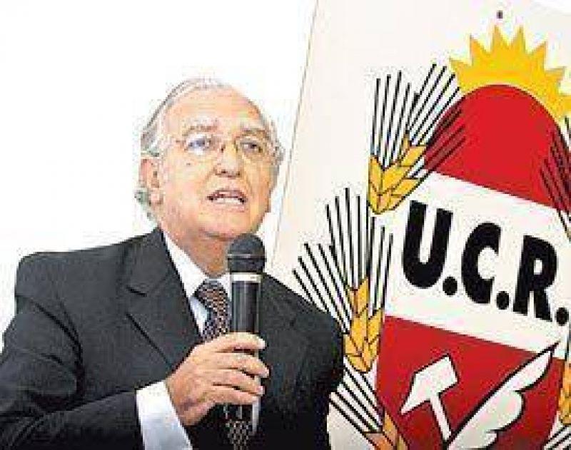 La UCR dice que se gastan sin control $ 120 millones al día