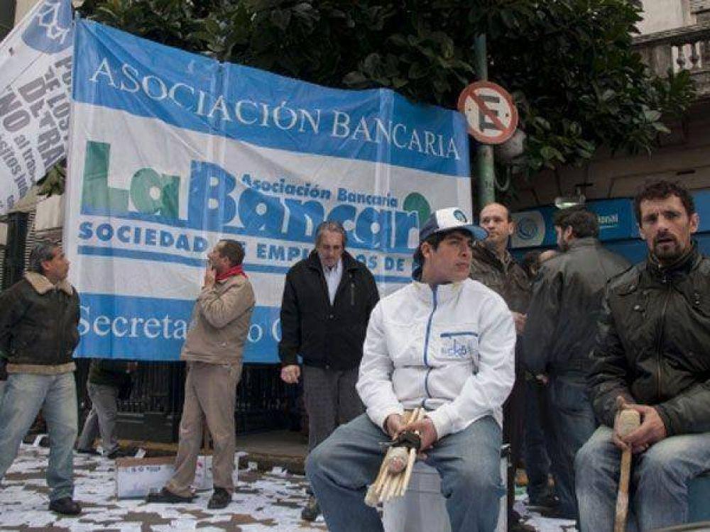 Hoy no funcionarán los bancos en todo el país por reclamo de mejoras salariales