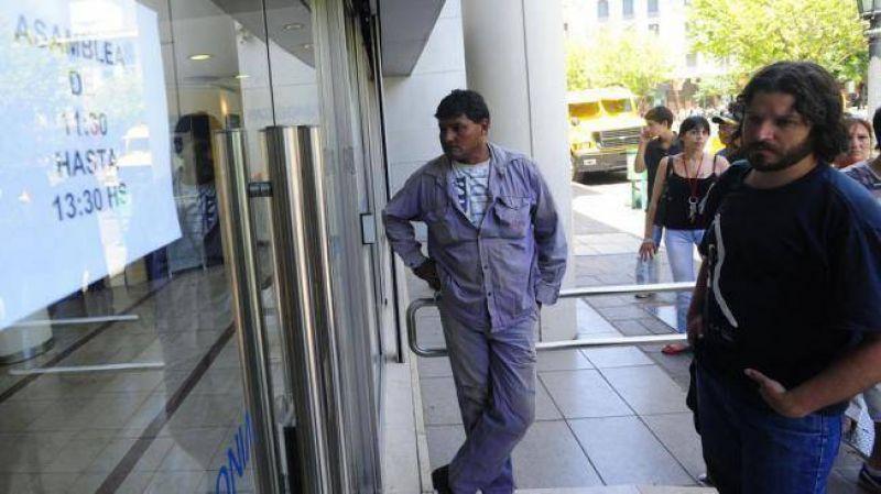 Bancarios paran hoy y se movilizan