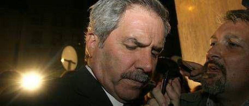 Felipe Solá fue abucheado y casi lo golpean