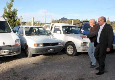 Autoridades recorren depósito donde hay vehículos y mercadería vinculada a los saqueos
