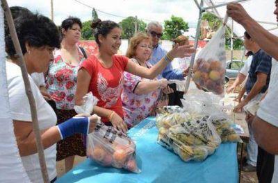 Vecinos colmaron los camiones de Frutas para Todos